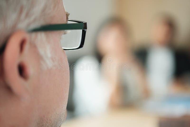 Hombre de negocios Talking To Colleagues y clientes en sala de reunión de la oficina fotos de archivo