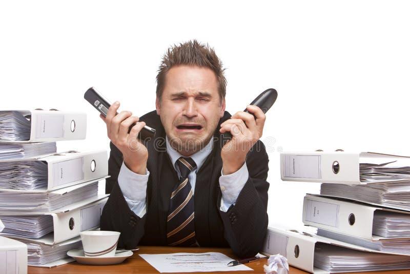 Hombre de negocios tensionado cryoing en oficina imagen de archivo