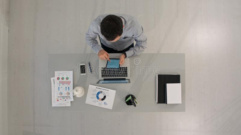 Hombre de negocios de Timelapse que trabaja con la tableta Visión superior imagen de archivo libre de regalías