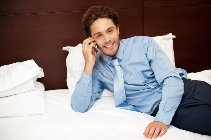 Hombre de negocios tranquilo y relaxed que se reclina después de trabajo imagenes de archivo