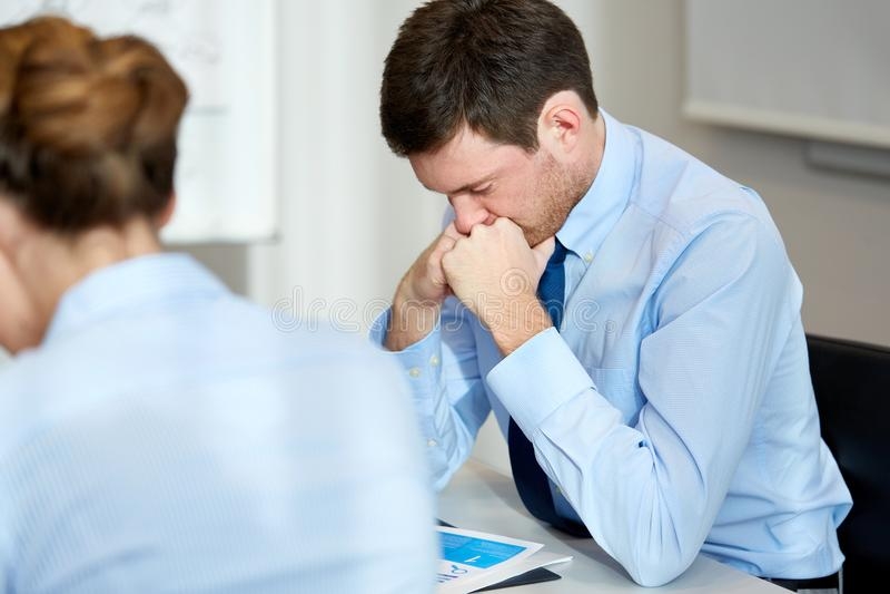 Hombre de negocios trastornado o ansioso con informe en la oficina foto de archivo libre de regalías