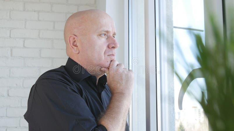 Hombre de negocios trastornado y decepcionado Looking Worried en la ventana fotografía de archivo libre de regalías
