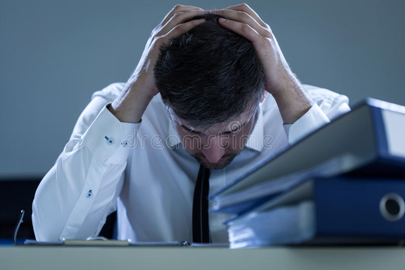 Hombre de negocios triste, con exceso de trabajo imágenes de archivo libres de regalías