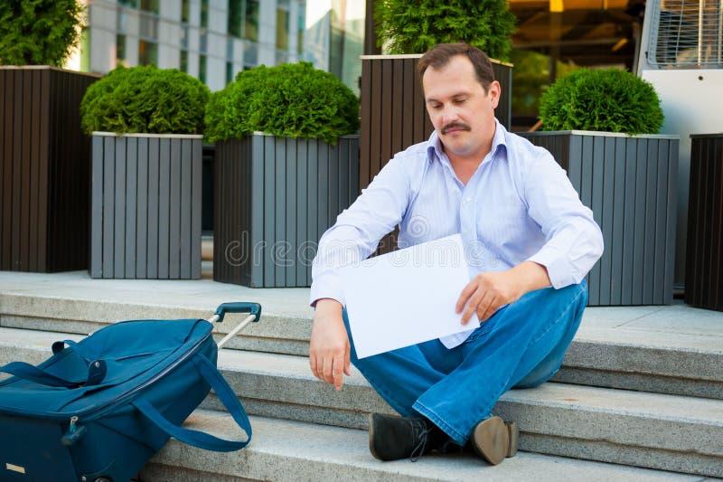 Hombre de negocios triste que se sienta en los pasos imagen de archivo