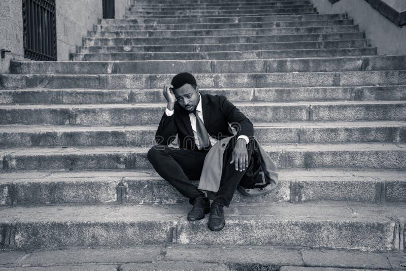 Hombre de negocios triste que sufre de la depresión en la desesperación total desesperada y frustrada en escaleras de la ciudad fotografía de archivo libre de regalías