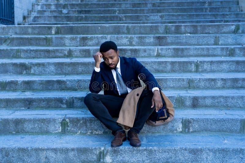 Hombre de negocios triste que sufre de la depresión en la desesperación total desesperada y frustrada en escaleras de la ciudad imagenes de archivo