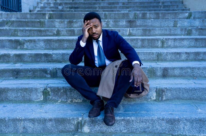 Hombre de negocios triste que sufre de la depresión en la desesperación total desesperada y frustrada en escaleras de la ciudad foto de archivo libre de regalías