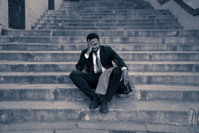 Hombre de negocios triste que sufre de la depresión en la desesperación total desesperada y frustrada en escaleras de la ciudad fotografía de archivo