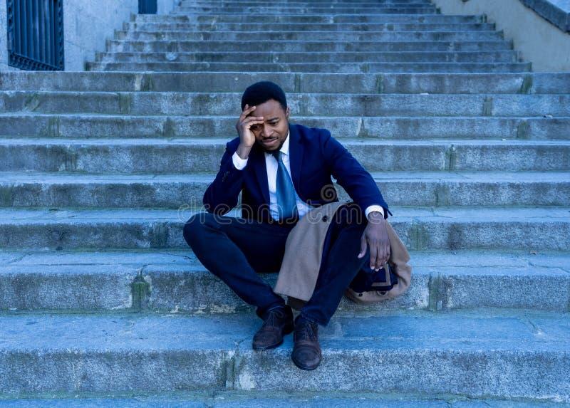 Hombre de negocios triste que sufre de la depresión en la desesperación total desesperada y frustrada en escaleras de la ciudad foto de archivo