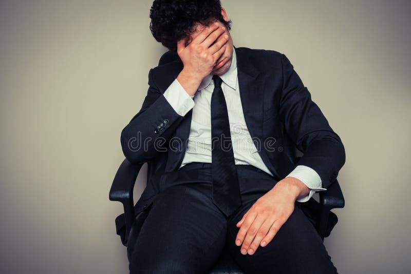 Hombre de negocios triste y cansado imagenes de archivo