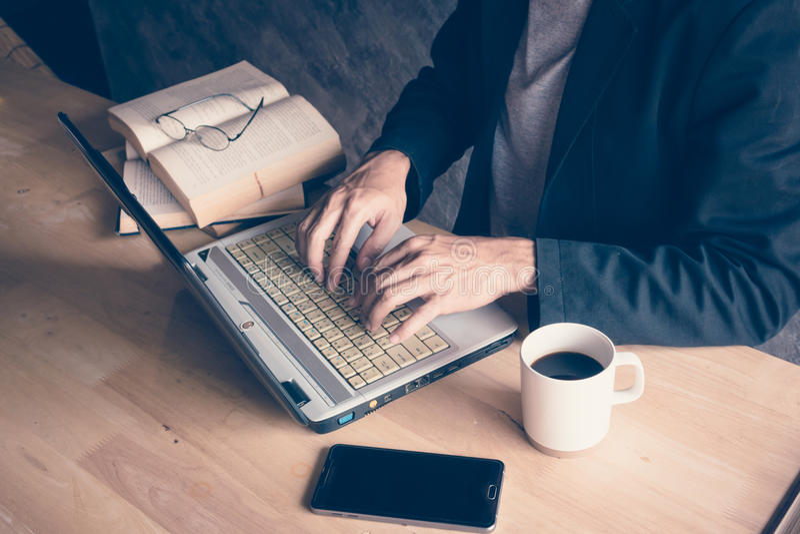 Hombre de negocios un café caliente del libro imágenes de archivo libres de regalías