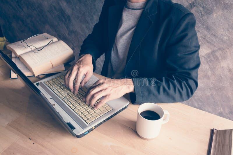 Hombre de negocios un ordenador portátil del ordenador imágenes de archivo libres de regalías