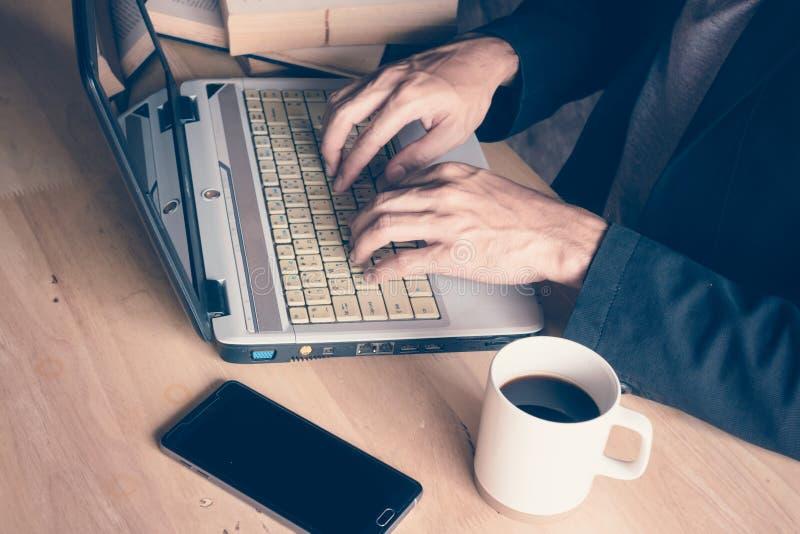 Hombre de negocios un ordenador portátil del ordenador fotos de archivo libres de regalías
