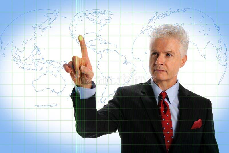 Hombre de negocios usando el hombre que usa el interfaz de la pantalla táctil imagen de archivo libre de regalías