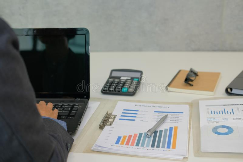 Hombre de negocios usando el ordenador hombre de lanzamiento que trabaja con el ordenador portátil imagen de archivo