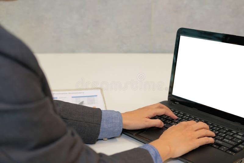 Hombre de negocios usando el ordenador hombre de lanzamiento que trabaja con el ordenador portátil foto de archivo libre de regalías