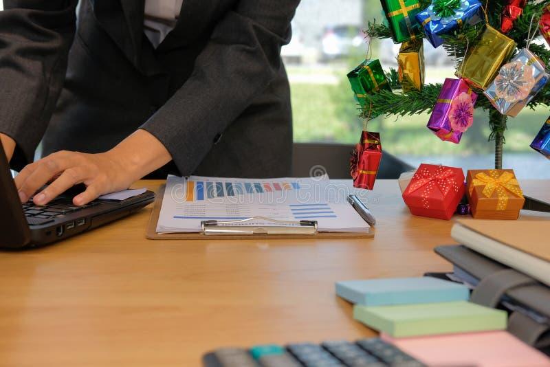 Hombre de negocios usando el ordenador hombre de lanzamiento que trabaja con el ordenador portátil con imagen de archivo