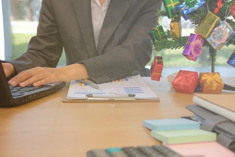 Hombre de negocios usando el ordenador hombre de lanzamiento que trabaja con el ordenador portátil con fotos de archivo