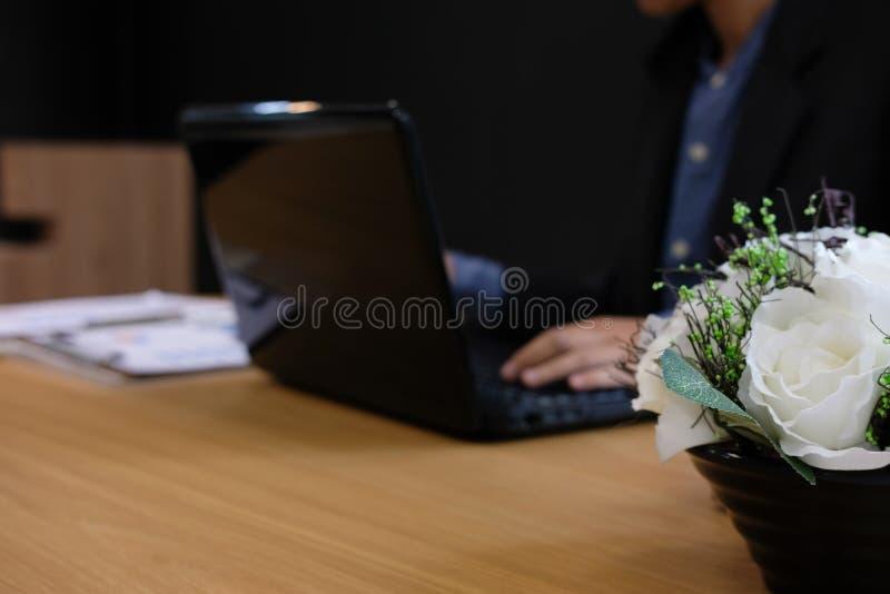 Hombre de negocios usando el ordenador hombre de lanzamiento que trabaja con el ordenador portátil fotografía de archivo
