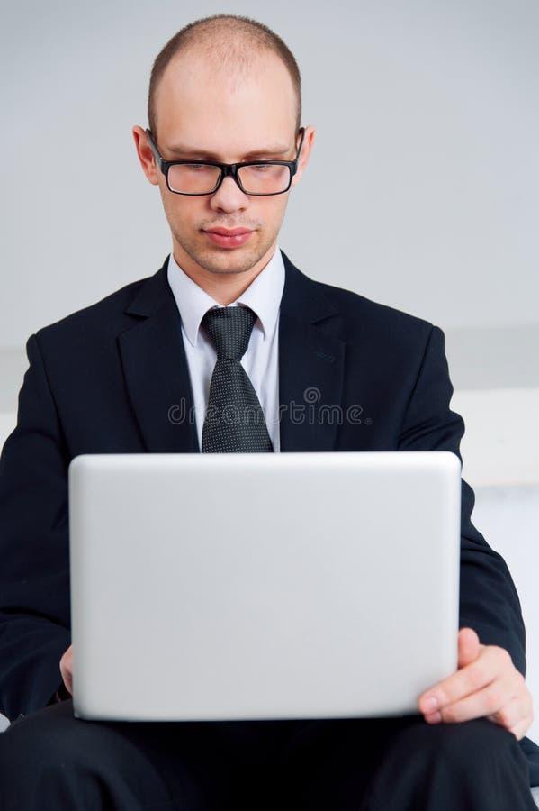 Hombre de negocios usando el ordenador portátil fotografía de archivo