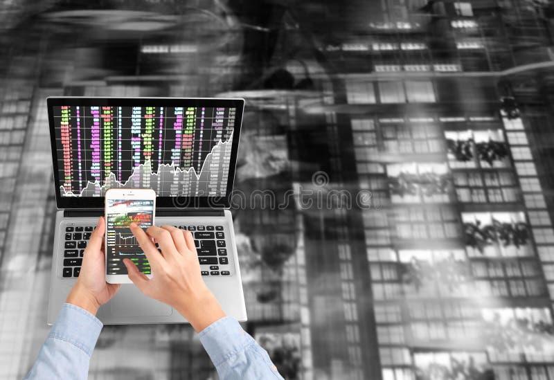 Hombre de negocios usando el ordenador portátil para el projec arquitectónico foto de archivo