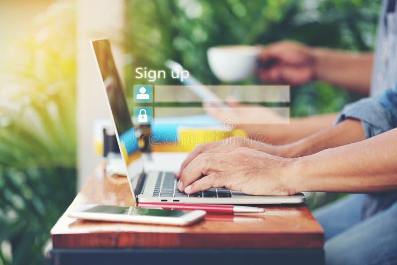 Hombre de negocios usando el ordenador portátil y firmar para arriba o abrir una sesión el usernam fotos de archivo libres de regalías