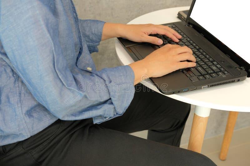 Hombre de negocios usando el ordenador trabajo de lanzamiento del hombre con el ordenador portátil en café fotografía de archivo