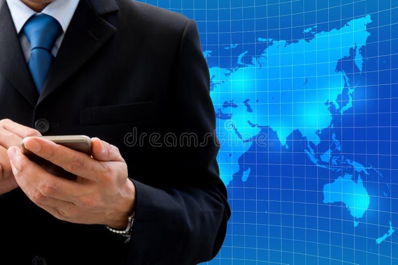 Hombre de negocios usando el smartphone para el negocio global fotografía de archivo