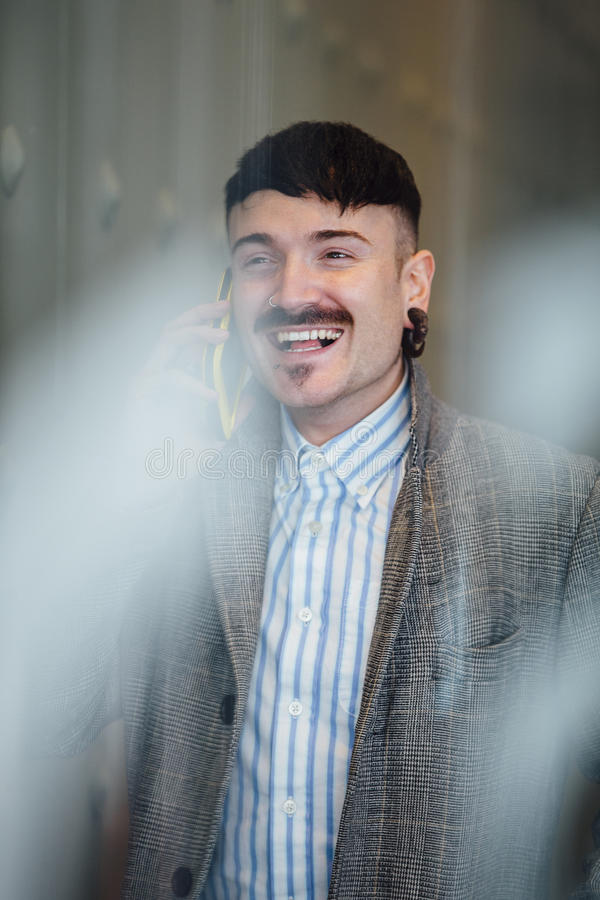 Hombre de negocios usando el teléfono fotografía de archivo