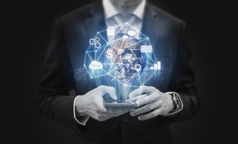 Hombre de negocios usando el teléfono elegante móvil Tecnología global del uso de la conexión a internet del negocio El elemento  fotos de archivo libres de regalías