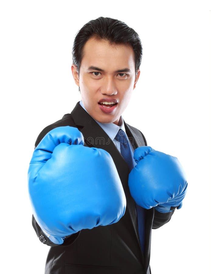 Hombre de negocios usando guante de boxeo imágenes de archivo libres de regalías