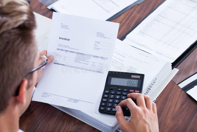 Hombre de negocios usando la calculadora imágenes de archivo libres de regalías