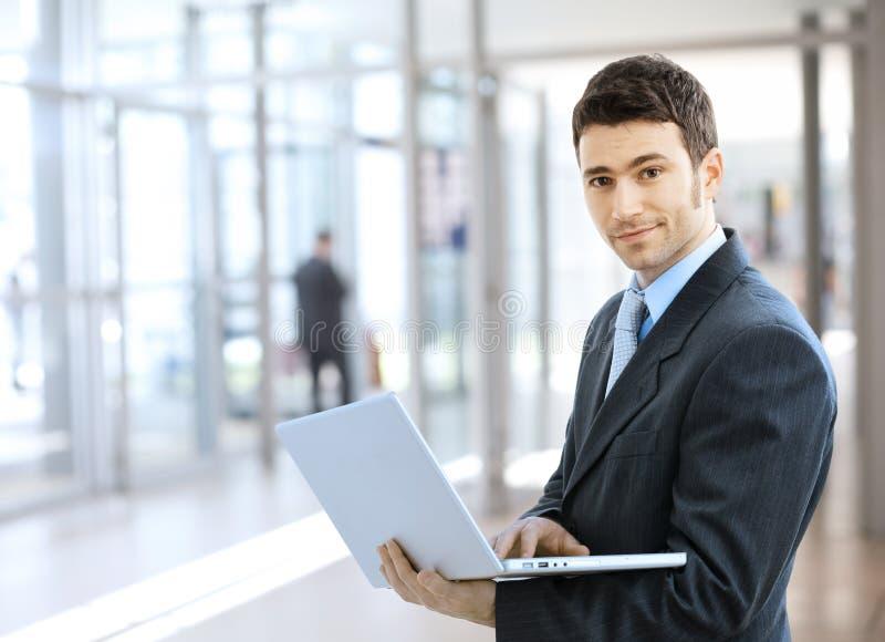 Hombre de negocios usando la computadora portátil imagenes de archivo