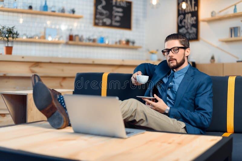 Hombre de negocios usando la computadora portátil en café foto de archivo