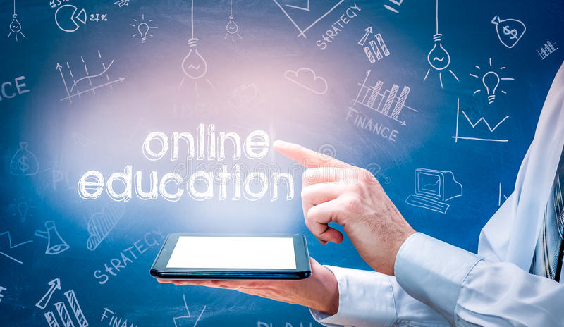 Hombre de negocios usando la PC moderna y presionar de la tableta el icono en línea de la educación en la pantalla virtual fotos de archivo