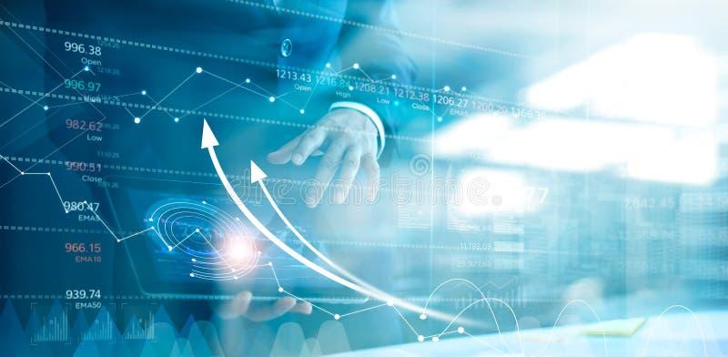 Hombre de negocios usando la tableta que analiza la carta de los datos de las ventas y del gr?fico del desarrollo econ?mico Estra stock de ilustración
