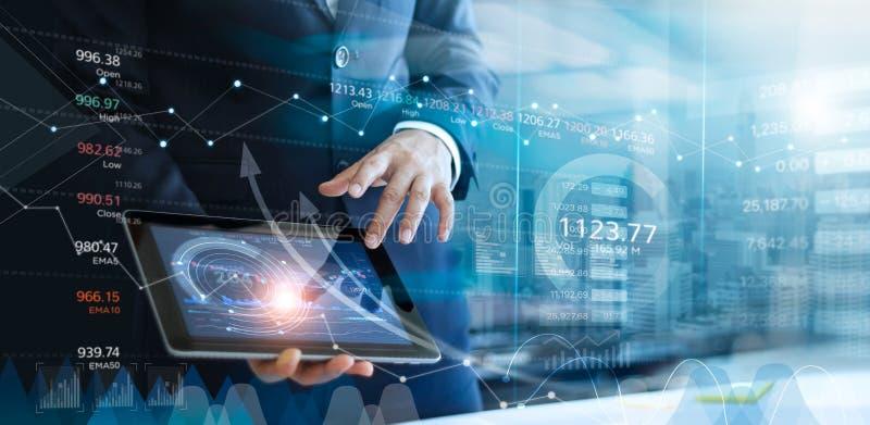 Hombre de negocios usando la tableta que analiza la carta de los datos de las ventas y del gr?fico del desarrollo econ?mico Ropor fotografía de archivo