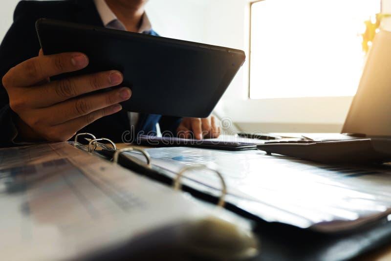 Hombre de negocios usando la tableta a la situación en el valor de mercado, imágenes de archivo libres de regalías