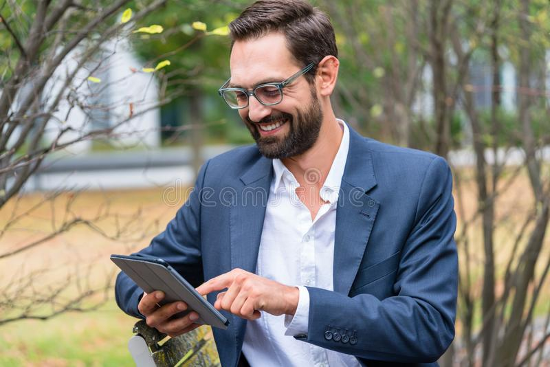 Hombre de negocios usando la tablilla digital fotografía de archivo