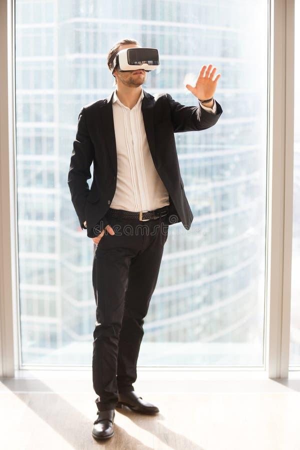 Hombre de negocios usando los vidrios de realidad virtual foto de archivo