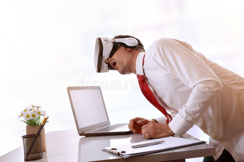 Hombre de negocios usando los vidrios de la realidad virtual con su lado principal imagenes de archivo