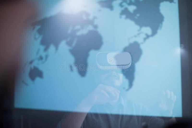 Hombre de negocios usando los vidrios de las VR-auriculares de realidad virtual imagenes de archivo
