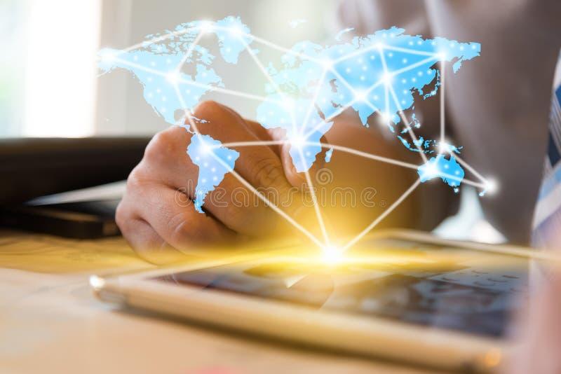Hombre de negocios usando mapa de la demostración de la tableta del ordenador con el conncect de la red foto de archivo libre de regalías