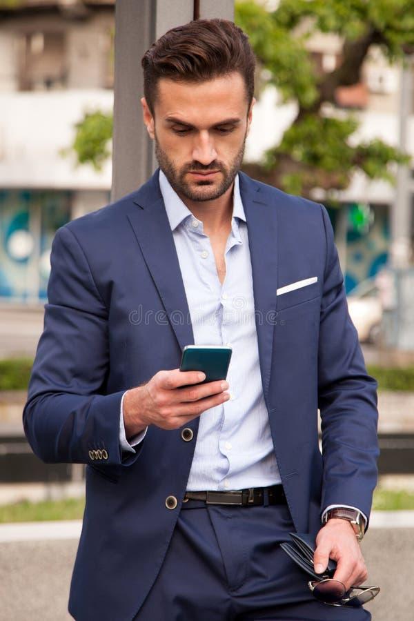 Hombre de negocios usando smartphone fotos de archivo