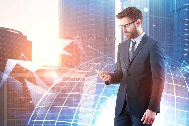 Hombre de negocios usando smartphone con el globo fotos de archivo