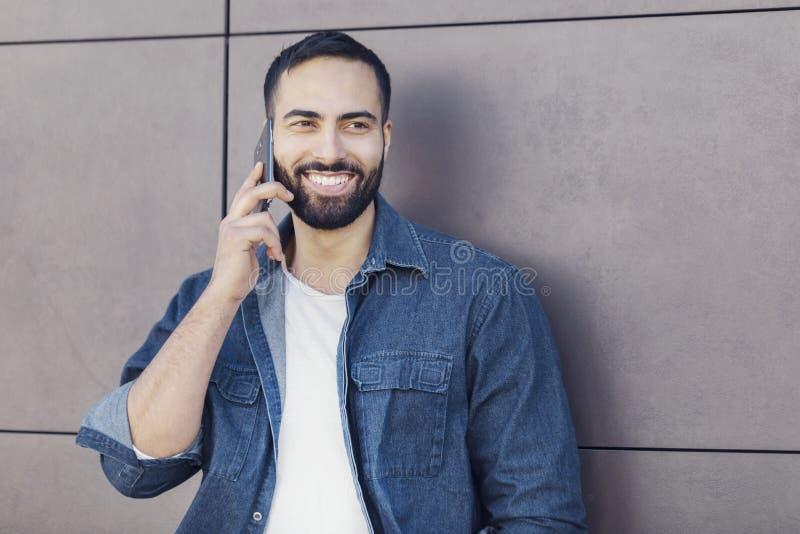 Hombre de negocios usando smartphone imagen de archivo libre de regalías