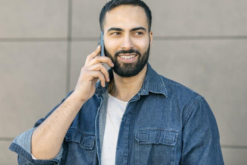 Hombre de negocios usando smartphone imagenes de archivo