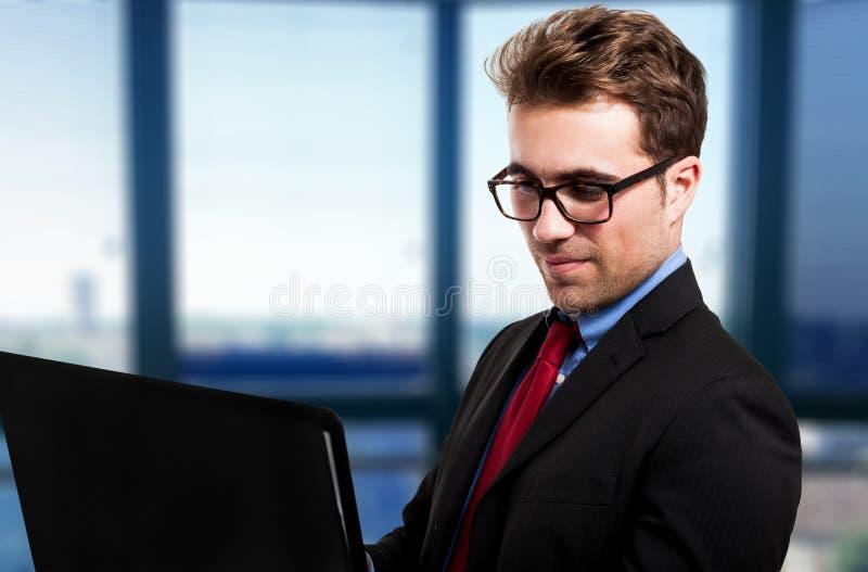 Hombre de negocios usando su computadora portátil fotos de archivo libres de regalías
