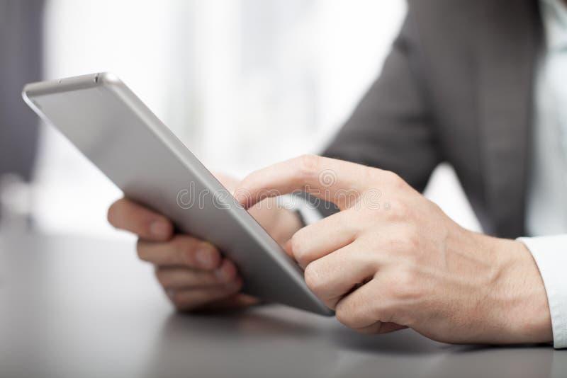 Hombre de negocios usando su tableta en la oficina fotos de archivo