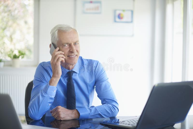 Hombre de negocios usando su teléfono móvil imágenes de archivo libres de regalías
